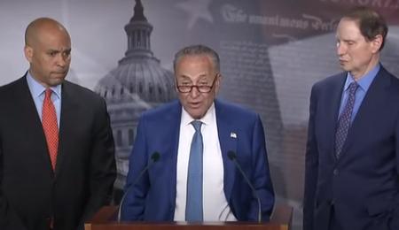 Il senatore Chuck Schumer presenta la bozza di legge insieme ai senatori Ron Wyden e Cory Booker