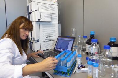 Ana Ramón en el laboratorio de Élite Seeds